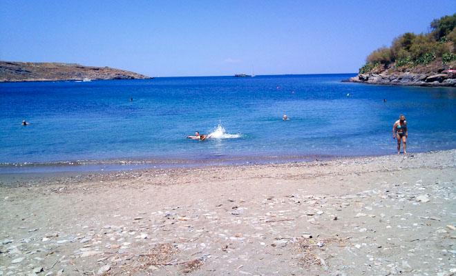 Το μικρό νησί του Αιγαίου που απέκτησε μεγάλη φήμη! Γραφικό, με συγκλονιστικές παραλίες και low budget! (PHOTOS)